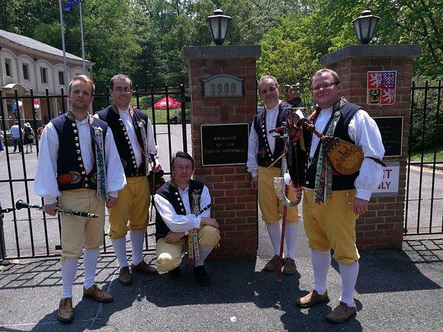 Domažlická dudácká kapela vystupovala na velvyslanectví ve Washingtonu.