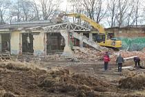 Bagr likviduje zchátralou budovu v bývalém areálu domažlického ČSAD.