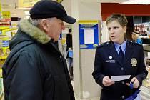 Policistka preventivně informační skupiny a zároveň mluvčí domažlických policistů Dagmar Brožová upozorňovala zákazníky na možná rizika spojená s vánočním nakupováním.