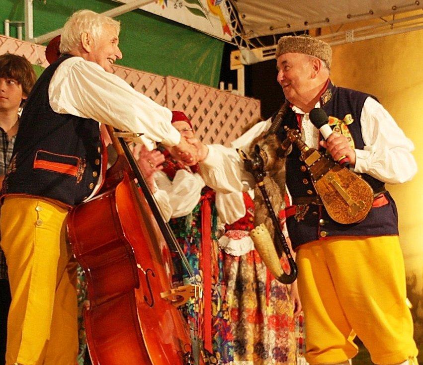 Antonín Konrády, známý zpěvák a dudák z Domažlic, v pondělí oslavil 90. narozeniny. Na fotografii je se svým kamarádem Zdeňkem Bláhou.