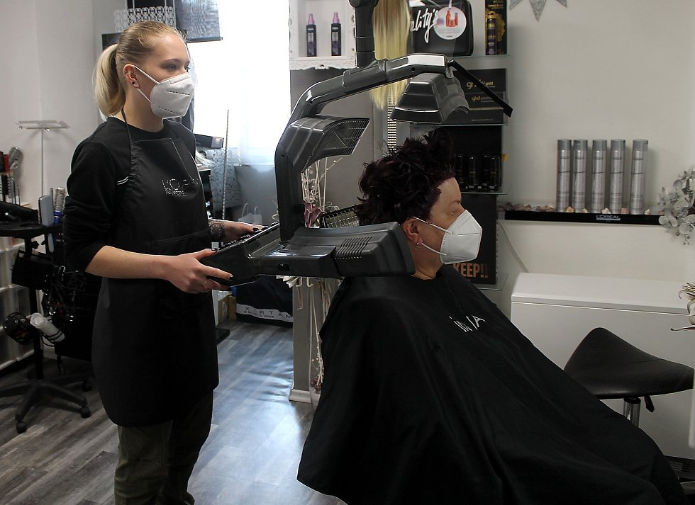 Marie Kůstová se v pondělí dopoledne v domažlickém Salonu Pavlína nechala ostřihat a obarvit. Na snímku je kadeřnice Anita Pudilová.