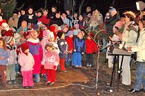Děti ze Staňkovské školky zpívají koledy.