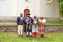 Svatba v chodských krojích A ROUŠKÁCH. Na přípravu musely nevěstám Gábině P. a Lucii V. stačit tři týdny.