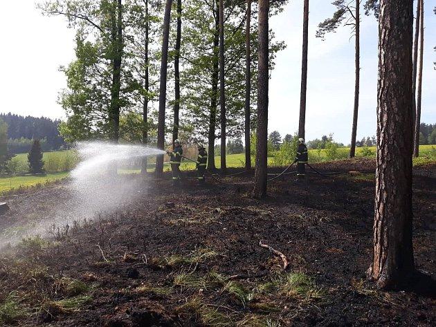V Libosvárech hořel lesní porost