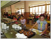 DOMAŽLICKÁ ŠKOLNÍ JÍDELNA připravuje obědy pro 1750 strávníků denně.