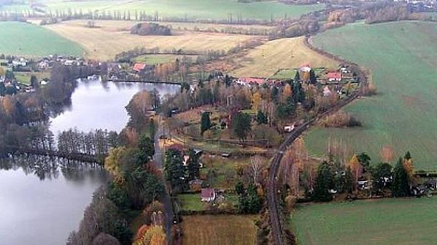 OSADA PILA ZVANÁ TÉŽ ŠNAJBERK. Po roce 1989 se území rozdělilo na dva katastry, část spadá pod Trhanov, část pod Újezd. Obě příjezdové cesty do Pily jsou však újezdské.