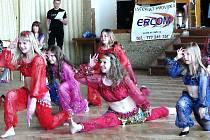 Děvčata v kostýmech pošitých penízky se moc snažila. Podle jedné z maminek přijdou kostým, šátek a šperky  na zhruba dva tisíce korun.