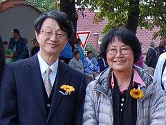 Masumi Böttcher-Muraki s japonským velvyslancem v ČR Tetsuo Yamakawou na slavnostním otevření poběžovické zenové zahrady.