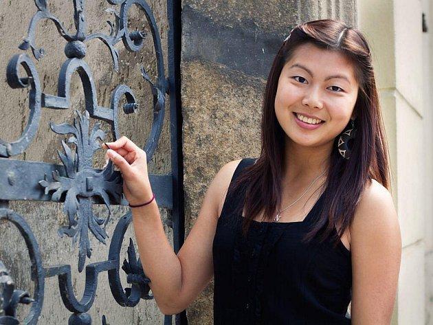 Devatenáctiletá Tran Thi Ngan žije v Domažlicích od svých devíti let a cítí se být více Češkou než Vietnamkou.