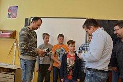 Školáci dostali nového robota.