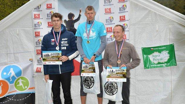 Tři nejrychlejší muži hlavní kategorie do 39let (zleva) druhý chodovský Luděk Šeller vdresu Dukly Liberec, vítěz Jiří Voják (Mílaři Domažlice) a třetí Jan Mach zTeplic nad Metují.