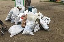 Chlapci z Hostouně uklízeli Vltavu. Odpad naplnil mnoho velkých pytlů.