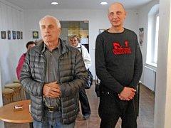 Kdyňský výtvarník Daniel Eisner se starostou Kdyně na své výstavě.