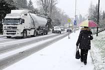Sněhová kalamita v úterý dopoledne v Domažlicích.