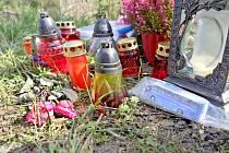 V ZATÁČCE U BŘEZÍ stojí pomníček zesnulého řidiče. Zdobí jej svíčky, květiny, fotografie i malý papírový model autobusu.