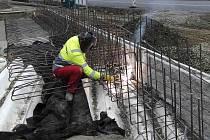 Z výstavby nového mostu na silnici I/22 mezi Domažlicemi a Kdyní, konkrétně poblíž Smolovského rybníka.