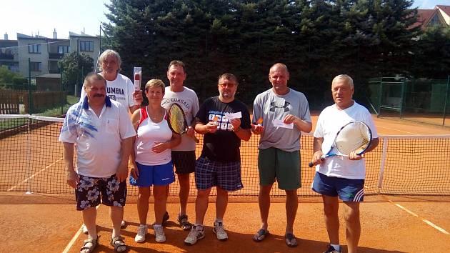 ŠUMAVSKÁ 50. Společný snímek účastníků tenisového turnaje ve čtyřhře na kurtech domažlické Šumavy.