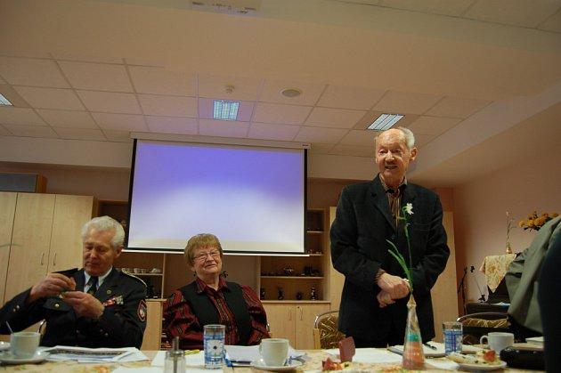ČINNOST domažlické Městské rady seniorů shrnul místopředseda Josef Jírovec (vlevo), setkání moderovala Jaroslava Kaucká. Přítomné pozdravil předseda Krajské rady seniorů Leoš Jochec.