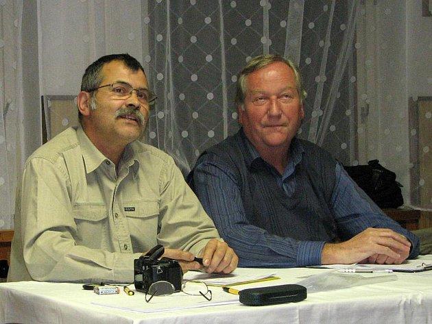 VLADIMÍR DRDÁČEK (vpravo) na ustavujícím jednání zastupitelstva městyse Klenčí kandidoval na starostu.