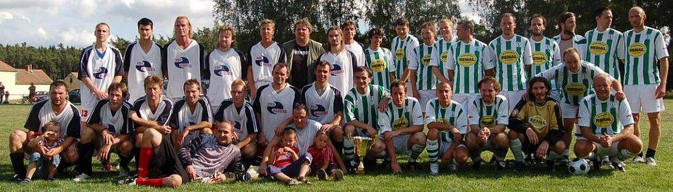 Krchlebští fotbalisté (vlevo) a FC Pražský nářez. Foto: Miroslava Vlčková