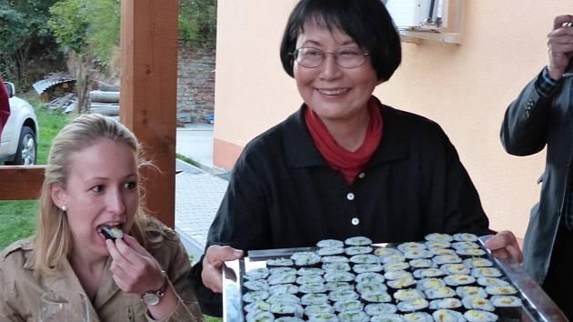 Japonský večer v Poběžovicích. Paní Masumi Böttcher-Muraki, čestní občanka Poběžovic, jež je iniciátorkou stavby zenové zahrady, připravila sushi