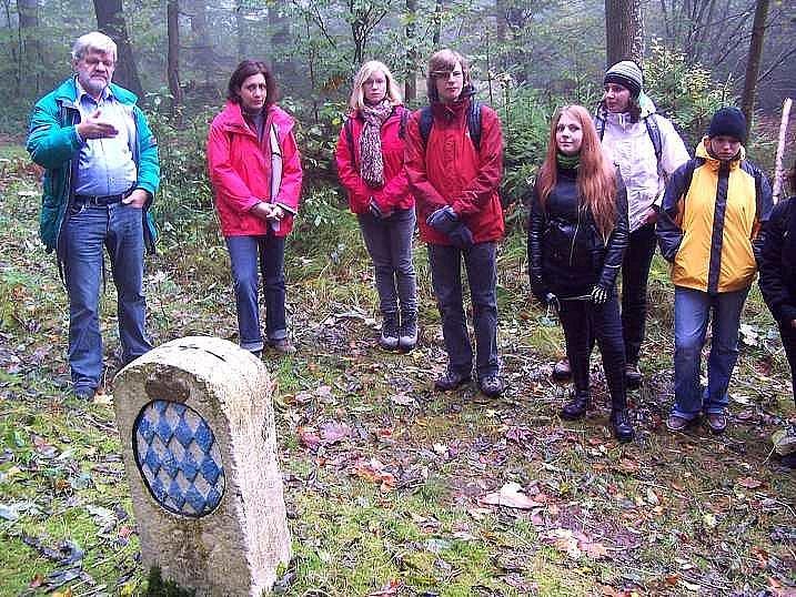 Na počátku putování se účastníci česko-bavorské exkurze zastavili u historického hraničního kamene. Zcela vlevo stojí Wolfgang Friedl ze Siemensova gymnázia a jeho kolegyně Regina Leitnerová, kteří se studenty obou škol nacvičovali dvojjazyčná představení