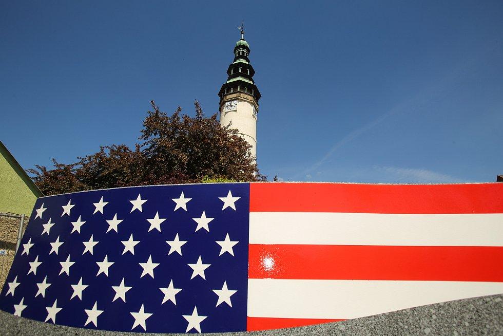 Kamion v úterý přivezl pomník osvobození do Domažlic. Dílo stojí na pozemku pod Chodským hradem, kudy v květnu 1945 přicházeli do města první američtí vojáci.