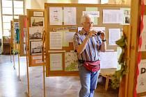 """Na výstavě v klášteře si předseda domažlických turistů Petr Matějka pořizuje fotodokumentaci jednotlivých panelů, které s kolegy připravovali několik měsíců. """"Informací je hodně, bylo těžké rozhodnout, co vybrat a co vynechat,"""" říká Matějka."""