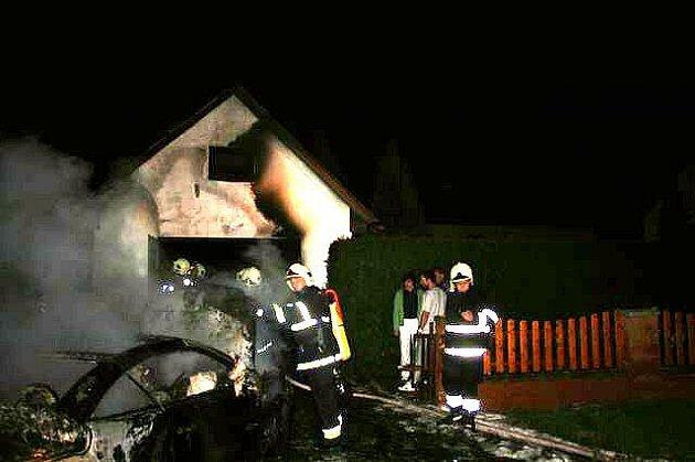 Požár auta a garáže v Poběžovicích.