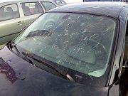 Krupobití poškodilo zaparkovaná auta.