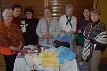 Členky seniorského klubu představily vlastnoruční výrobky.