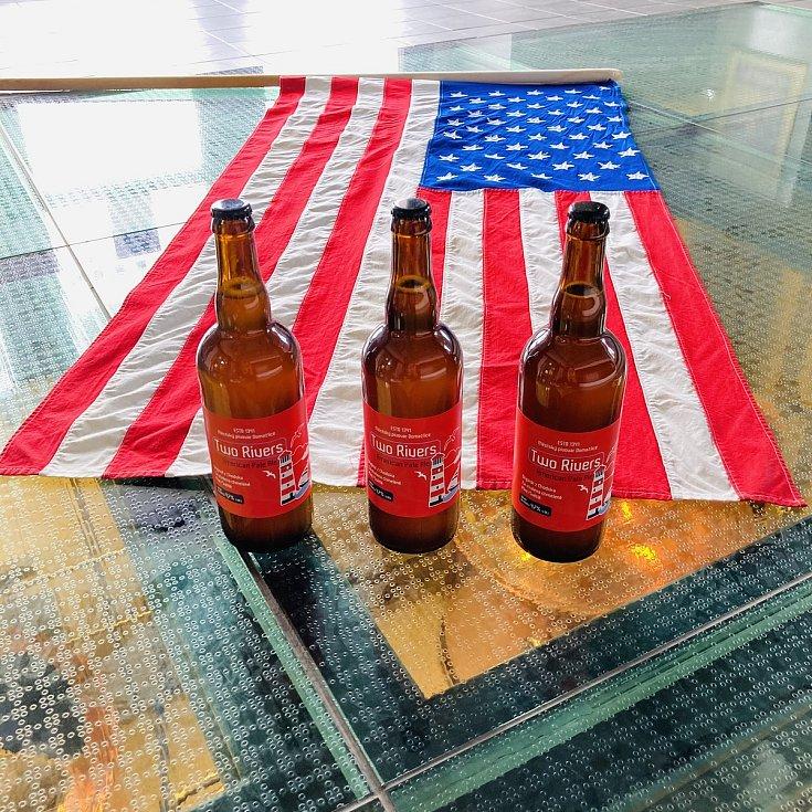 Limitovaná edice piva Two Rivers už je v prodeji. Zájemci si zlatavý mok mohou koupit ve výdejním okénku.