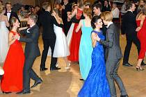 Ve Staňkově byl závěrečným plesem zakončen kurz tance a společenské výchovy.