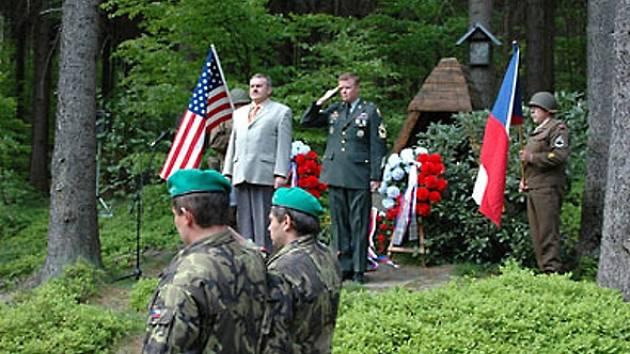 POMNÍČEK NAD DÍLSKOU DOBROU VODOU. Každoročně si zde připomínají oběti z 1. května 1945.