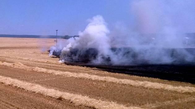 Požár pole u Meclova.