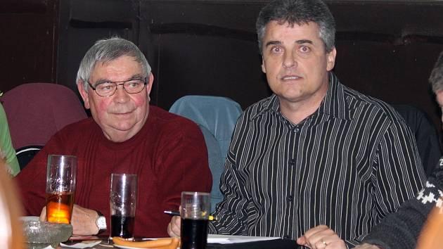 VALNÁ HROMADA FK STAŇKOV. Zleva dnes už bývalý sekretář Jiří Výrut a předseda Petr Stauber.