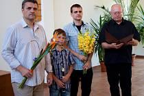 Zdeněk Mikšík (vlevo) vystavuje fotografie v domažlickém kostele spolu se synem Janem (druhý zprava).