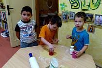 V klenečské mateřince připravují děti cukroví na páteční jarmark.