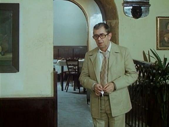 Ve scéně z56. minuty filmu se Málek (V. Brodský) přichází zeptat hostinského (Karel Augusta), zda mu nepřišla pošta. Scéna se natáčela vHotelu Slávie na náměstí vedle radnice. Dnes je zde informační centrum a železářství Mijava.