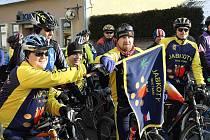 Náčelník Jabkoty Kdyně Radek Čejka přebírá kluovou vlajku před Silvestrovskou vyjížďkou členů a příznivců klubu.