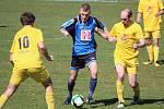 Diváci se gólu nedočkali. Duel rezervních týmů Meclova (v modrém) a Tlumačova po remíze 0:0 rozhodly penalty.