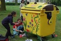 Zdobení nových kontejnerů. Žáci výtvarných oborů Základní umělecké školy v Horšovském Týně se rádi zhostili úkolu, kterým je pověřila radnice