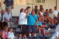 Na tribuně v Králově Dvoře se raduje ze vstřeleného gólu  prezident fotbalové Jiskry Jaroslav Ticháček (vpravo) a Václav Sladký.
