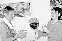 Jako první si připila s autorkou Veronikou Němcovou (vpravo) kmotra její knížečky Věra Prantlová.
