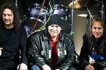 Legendární brněnská kapela přerušila svoji činnost v roce 1997. Nyní se opět vrací v následující sestavě: Zleva Georgi Enčev (kytara a zpěv), Stanislav Fric (bicí a zpěv) a Milan Hanák (basa).