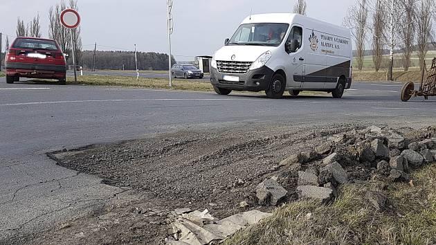 Na křižovatce u Kouta na Šumavě si musí dávat řidiči pozor na utrženou krajnici. Silnice  bude opravena do 15. dubna.