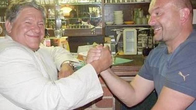 Trenér Milan Dejmek na archivním snímku z doby, kdy končil v Jiskře Domažlice. Na snímku se s ním loučí prezident domažlické fotbalové Jiskry Jaroslav Ticháček.