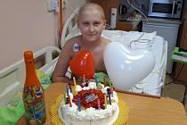 V nemocnici David také oslavil narozeniny.