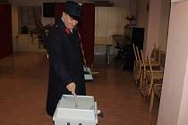PONOCNÝ Z DOMAŽLIC  navštívil v pátek volební místnost v ulici Prokopa Velikého. Volební komise a přítomní spoluvoliči byli návštěvou Romana Holuba velice překvapeni.