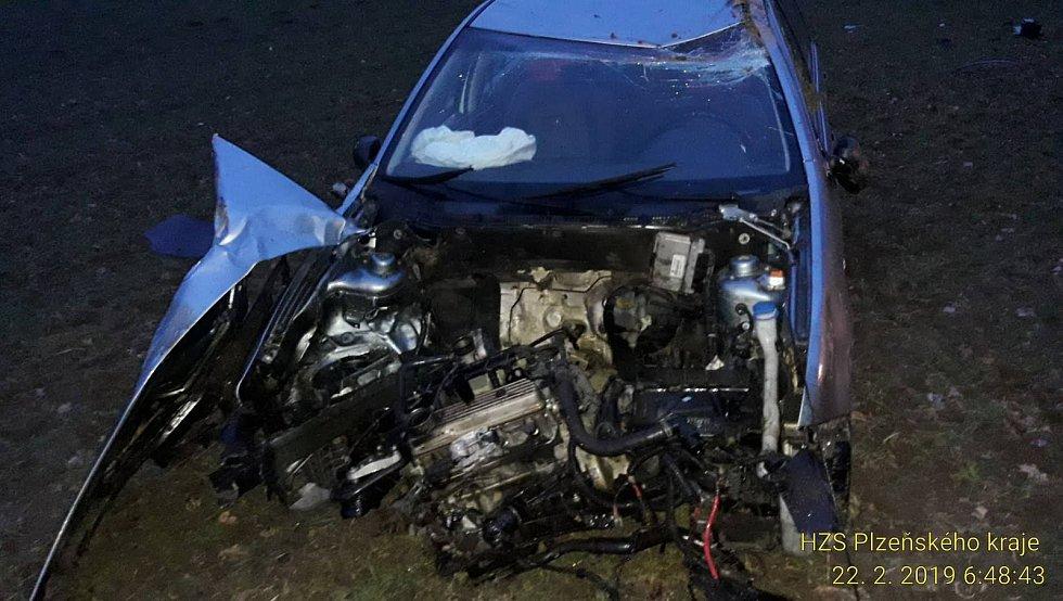 Při nehodě řidič utrpěl zranění, převzala si ho záchranná služba.